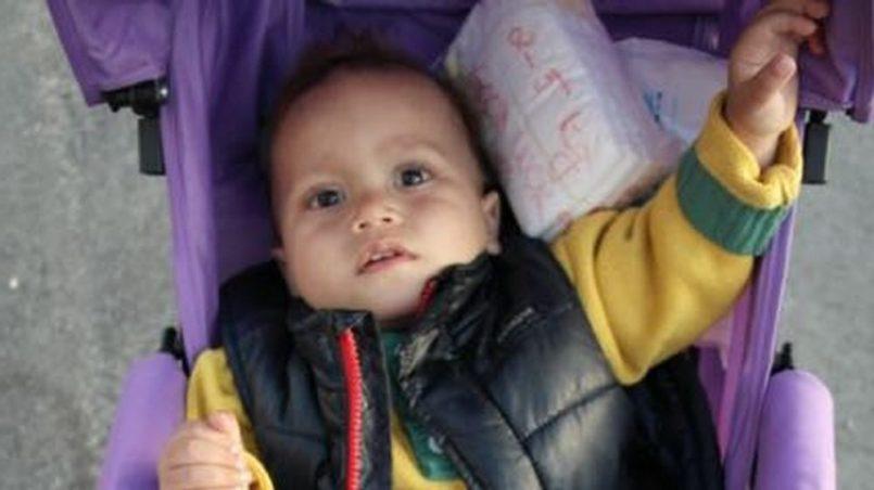 Am Hafen von Lesbos, Kleinkind in Kinderwagen