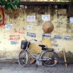 Fahrrad und Strohhut in Hanoi