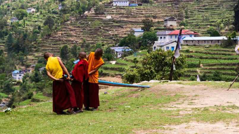 Mönche während der Arbeit