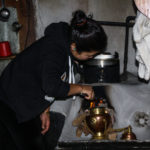 Tradition am Morgen: Das gesamte Haus gegen böse Spirits und für gutes Glück zu reinigen