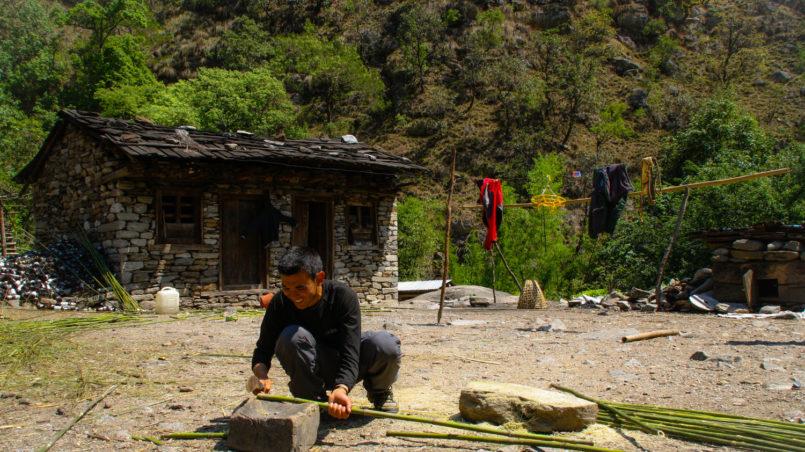 Unser Guide Pasang, der uns Bambusstöcke bastelt