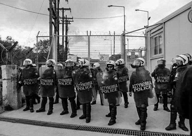 Griechische Polizei gegenüber des Moria Abschiebezentrums