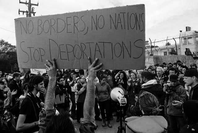 Freiwillige protestieren gegen das Moria Abschiebezentrum