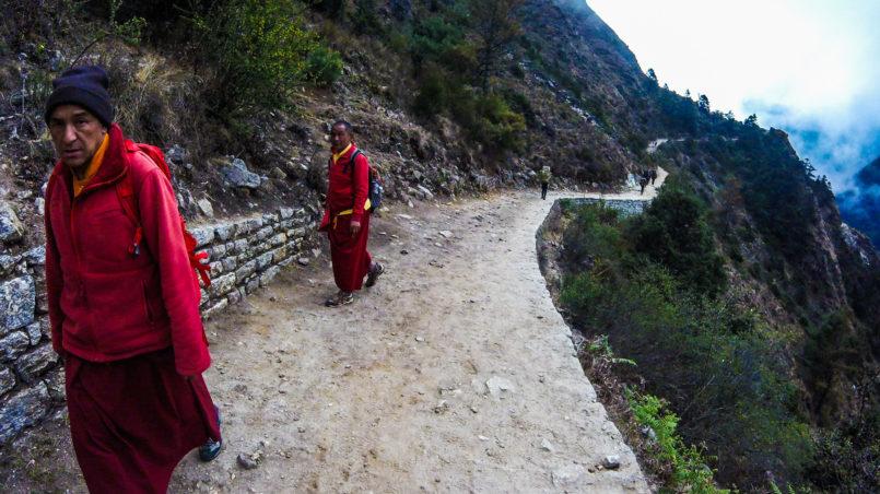 Mönche auf ihren Weg nach Namche Bazaar