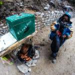 Der Sherpa Pasang sammelt Spenden für die Straßenerhaltung