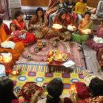 Fastende Frauen sitzen zusammen und beten für ihre Ehemänner.