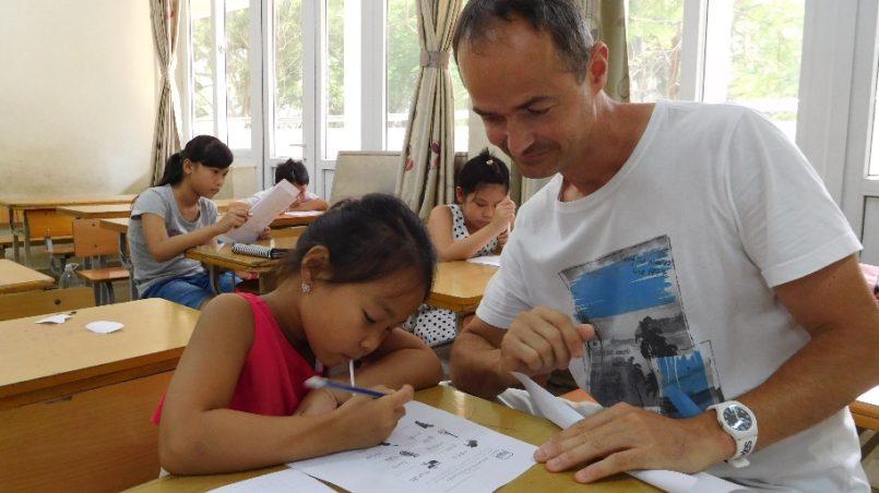 Beim Lernen mit den Kindern