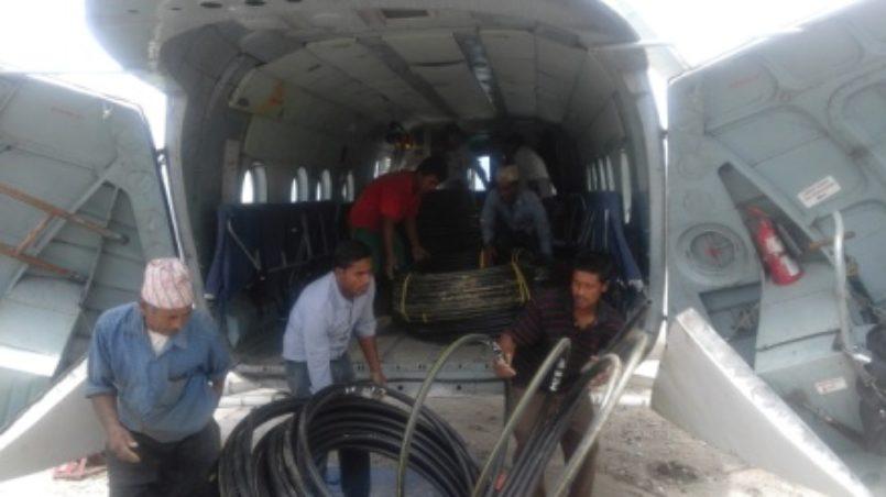Einladen der WASH Hilfsgüter in die Hubschrauber