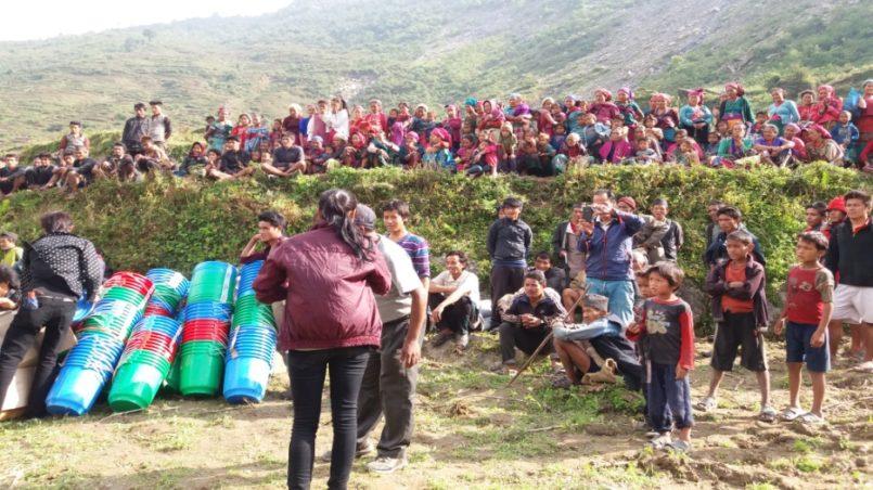 Menschen die auf Hilfsgüter warten