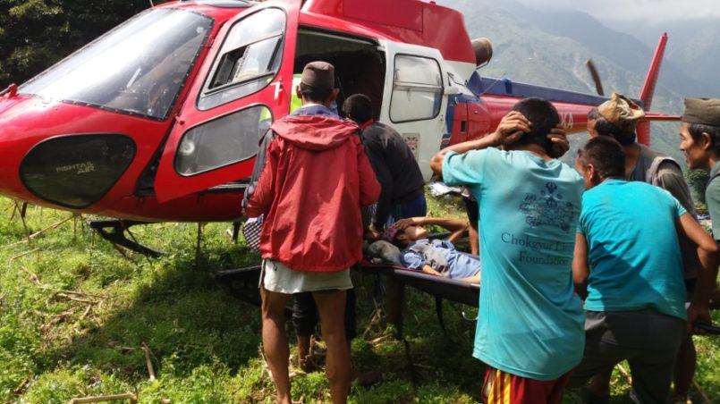 Erdbebenopfer die per Hubschrauber gerettet wurden
