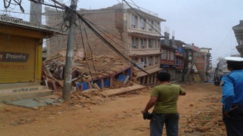 Häuser zerstört durch das Erdbeben und der Hauptsitz des Sindupalchok-Bezirks (Chautara)
