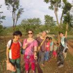 """Auf dem Weg zum Basar, die traditionelle """"Kurta"""" tragend"""