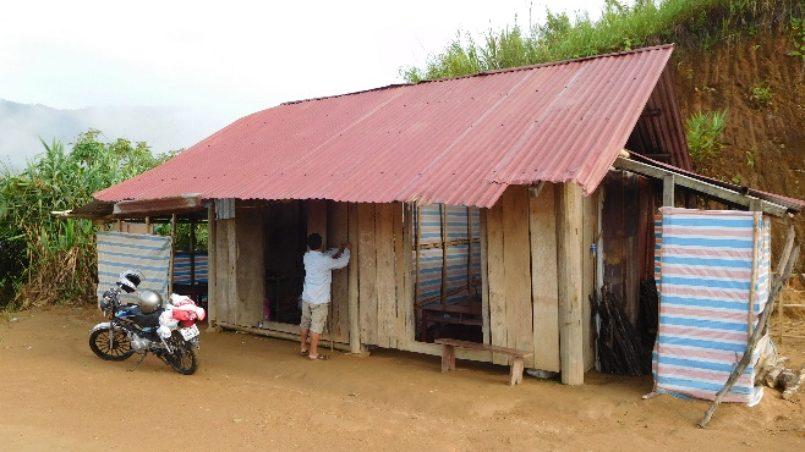 Schulgebäude von außen rotes Dach