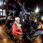 Gemeinsames Beisammensitzen in der Unterkunft in Dingboche
