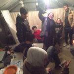 Freiwillige und Flüchtlinge zusammen in unserer Hütte.