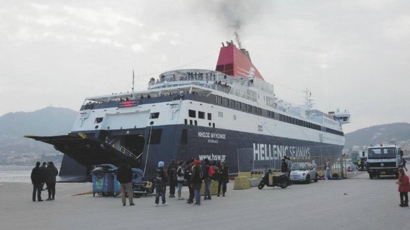Die Fähre verlässt den Hafen von Lesbos Richtung Athen.