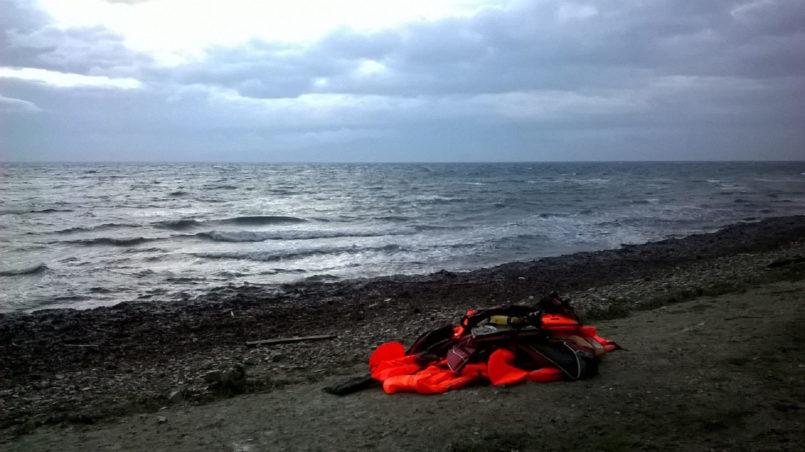 Ein Haufen Rettungswesten an der Küste von Lesbos.