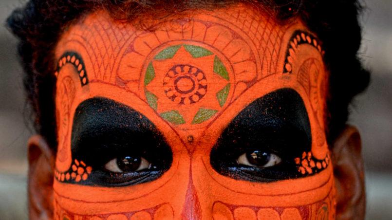 Make_up_of_Vishnumoorthi_Theyyam