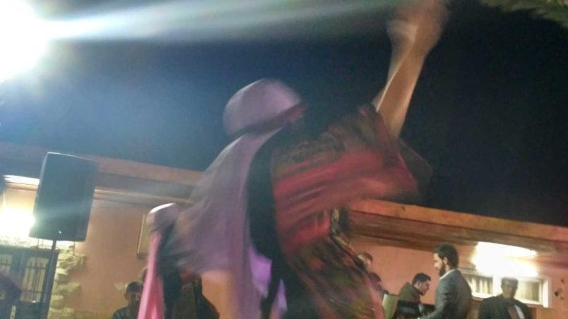 Ein Mädchen tanzt den Dabke.