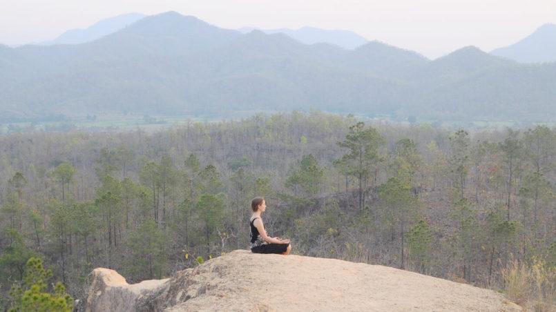 Meditieren auf Berg in Thailand