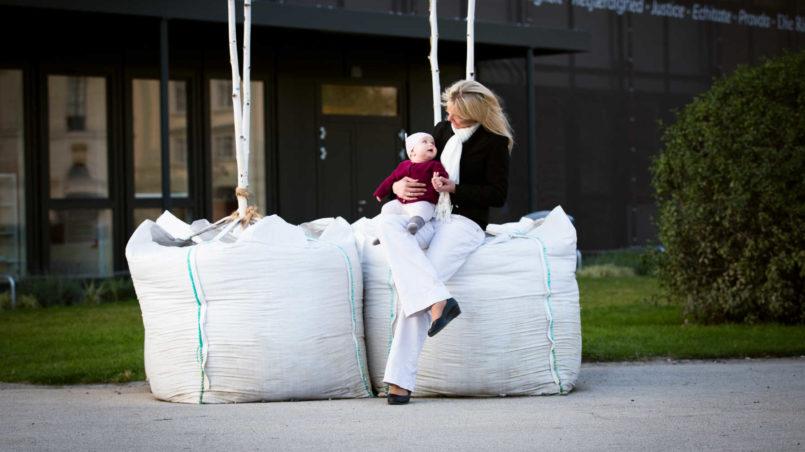Maria Stern und Marlene D. (6,5 Monate alt) vor dem neuen Parlament