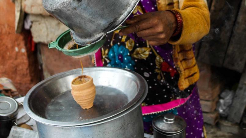 Extrem süßer indischer Chai (Milchtee), serviert in einem Makti (Tonbecher).