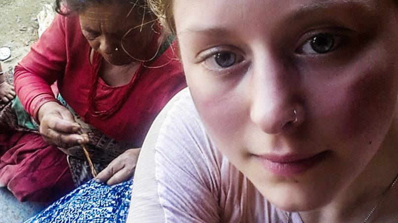 Das Reisen ist voller Überraschungen: Nachdem ich meine Hose auf dem Weg zu einem ländlichen Krankenhaus in Nepal zerrissen hatte, nähte diese wunderbare Frau sie mir einfach wieder zusammen, ohne irgendetwas dafür annehmen zu wollen.
