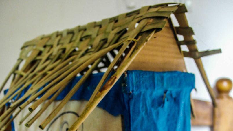Kreativ sein mit dem, was gerade da ist: Eine Nachtleuchte aus Karton und trockenen Palmblättern, gebastelt von Sourabh.