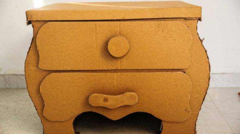 Kreativ sein mit dem, was gerade da ist: ein Nachttisch aus Karton, ebenfalls von Sourabh.