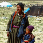 Nomad_mother_and_son._Changtang,_Ladakh